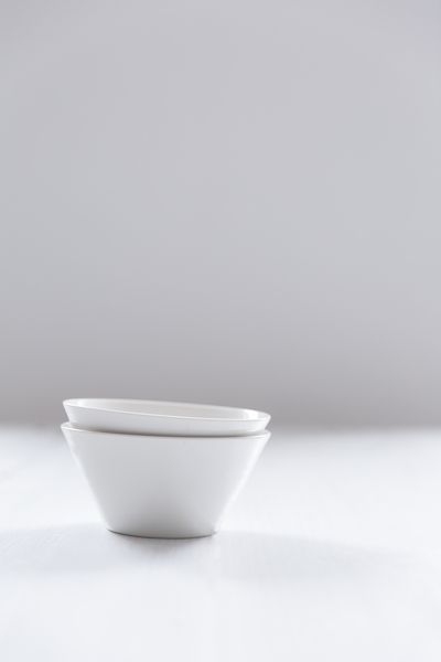 Pentik Anis Bowl | This bowl belongs to Anis (Anise) tableware series designed by Lasse Kovanen. Loved both by ornamentation-loving Parisians and minimalists who prefer modesty, the light-coloured simplicity of this set leaves space for colourful textiles and portions.