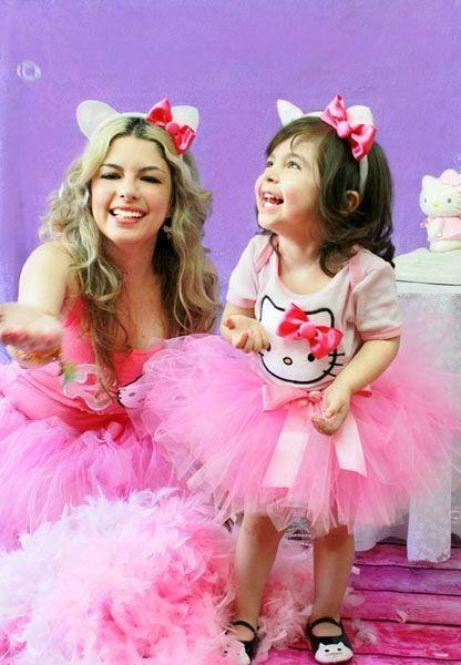 Madre e hija disfrazas de Hello Kitty