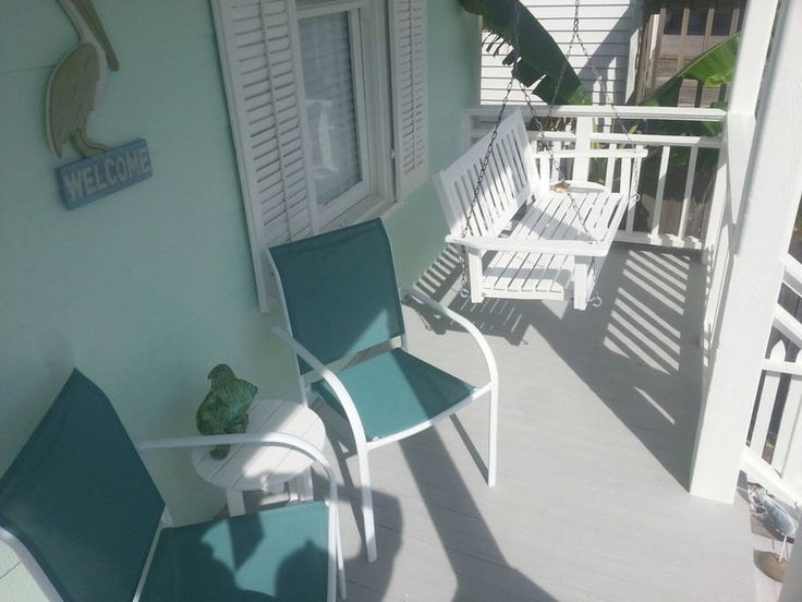 House in Galveston, United States. Lazy Days Cottage is located in-town Galveston with amazing views from front porch. Just a ½ block to the beach, a few blocks to restaurants and shopping, about 10 blocks to Galveston's Pleasure Pier and minutes to the Strand, Moody Gardens, fishi...