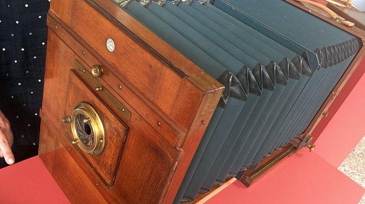 """Die Reisekamera für Außenaufnahmen - 1910/1920- Modell """"Solid"""" - ist aus Mahagoni und hat Beschläge aus Messing sowie einen ausziehbaren Balg. Die Linse fehlt. Hersteller ist Alfred Brückner, Rabenau, Erzgebirge- seit 1900 -Wert, wegen der fehlenden Optik: 200 Euro.  Wert, vollständig 1000 €"""