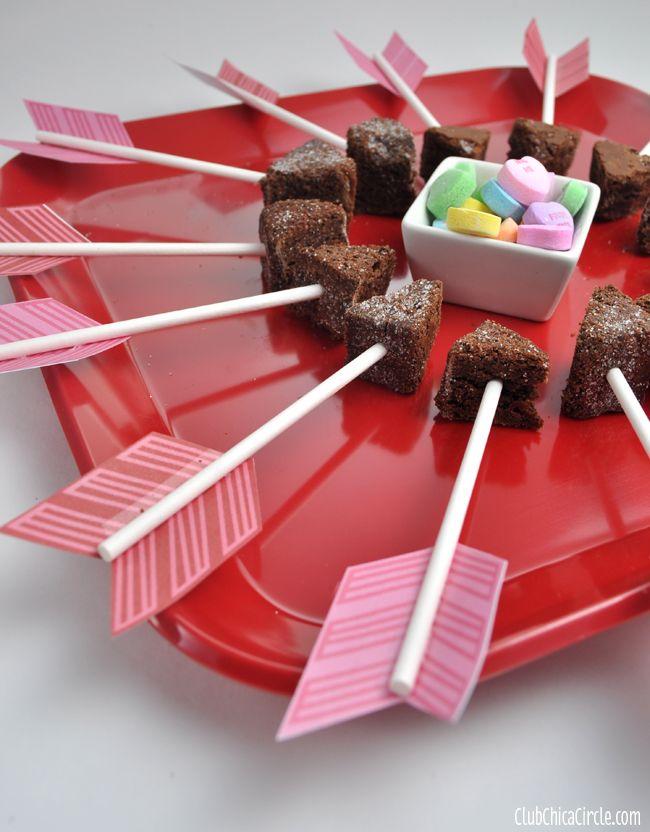 Valentijnsdag Traktatie, Cupido's Liefdespijlen met punten van Ontbijtkoek en papieren Veer op drinkrietje geplakt. Wij nemen rietjes voor de veiligheid van de peuters....⭐⭐⭐Valentine's Day Cupids Arrow Brownie Bites Party Tray by Club Chica Circle