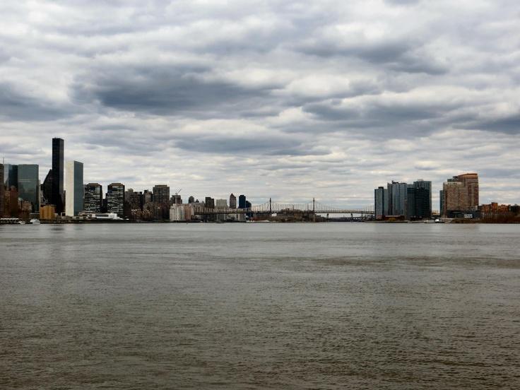 De bewolking boven de East River geeft wel een mooi plaatje.