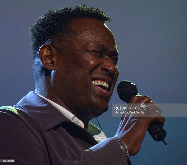 Luther Vandross belts out a tune during a memorial tribute performance during rehearsals for the 2002 American Music Awards at the Shrine Auditorium January 8, 2002