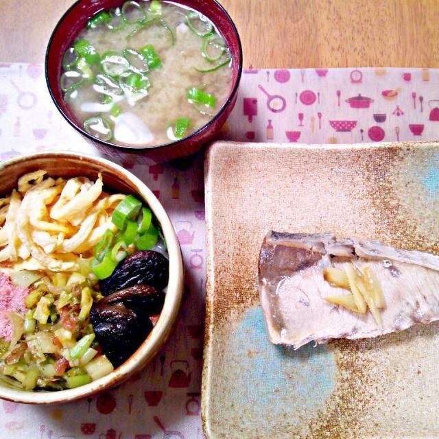 酢飯の上にたまご、大根の葉の梅かつお和え、桜でんぶ、しいたけのうま煮、ねぎを乗せて!ぶりはお塩とお酒でことこと~ - 11件のもぐもぐ - 3月3日 ちらし寿司風丼 ぶりの塩煮 しじみのお味噌汁 by sakuraimoko