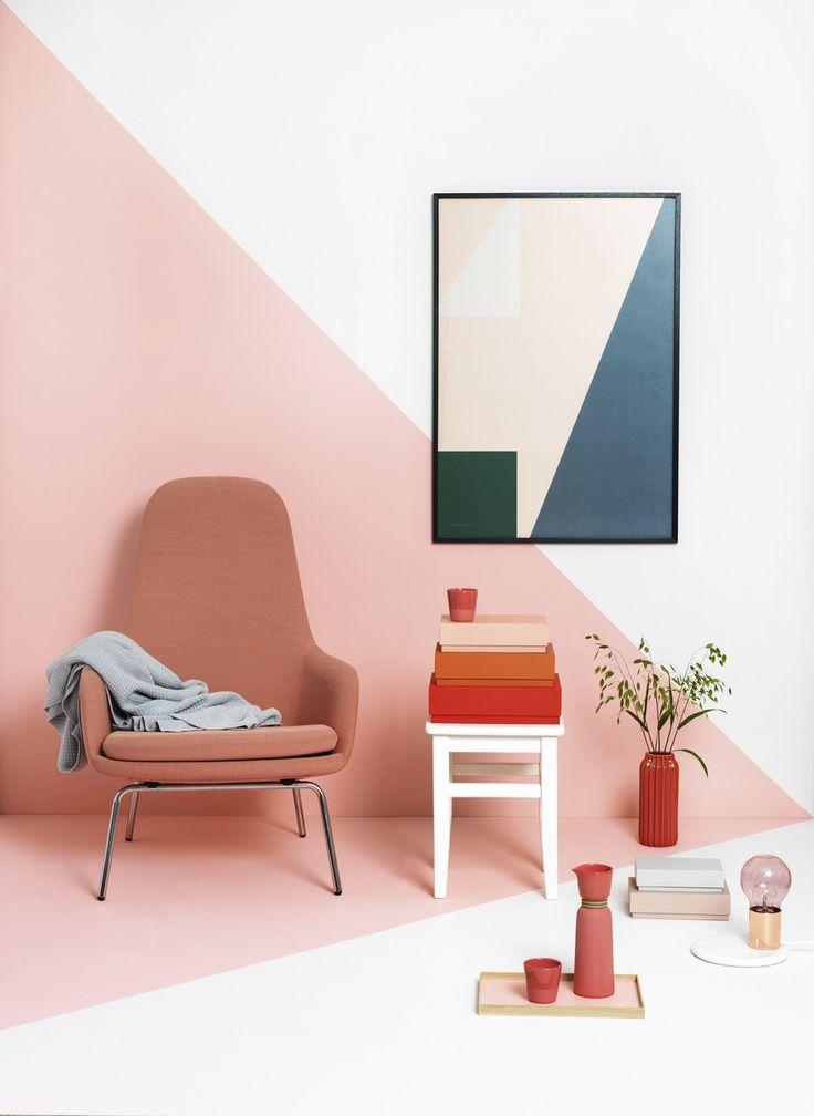 """Farver: R04 Ferskenblomst (mørkeste farve på væggen) og R45 Fjer (lyseste farve på væggen). Begge farver er fra Dyrup. Artikel: """"Grafisk farvespil"""" (Boligmagasinet.dk)."""