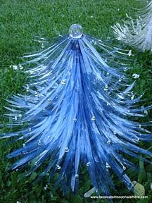 """LACA """"Lo Atamos Con Alambre""""  Arbol de navidad con luz hecho con botellas pet recicladas"""