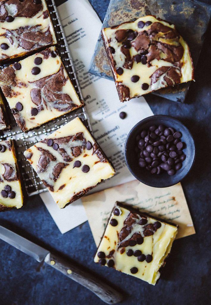 Rezept für gelingsichere Cheesecake Brownies mit Stracciatella Tropfen