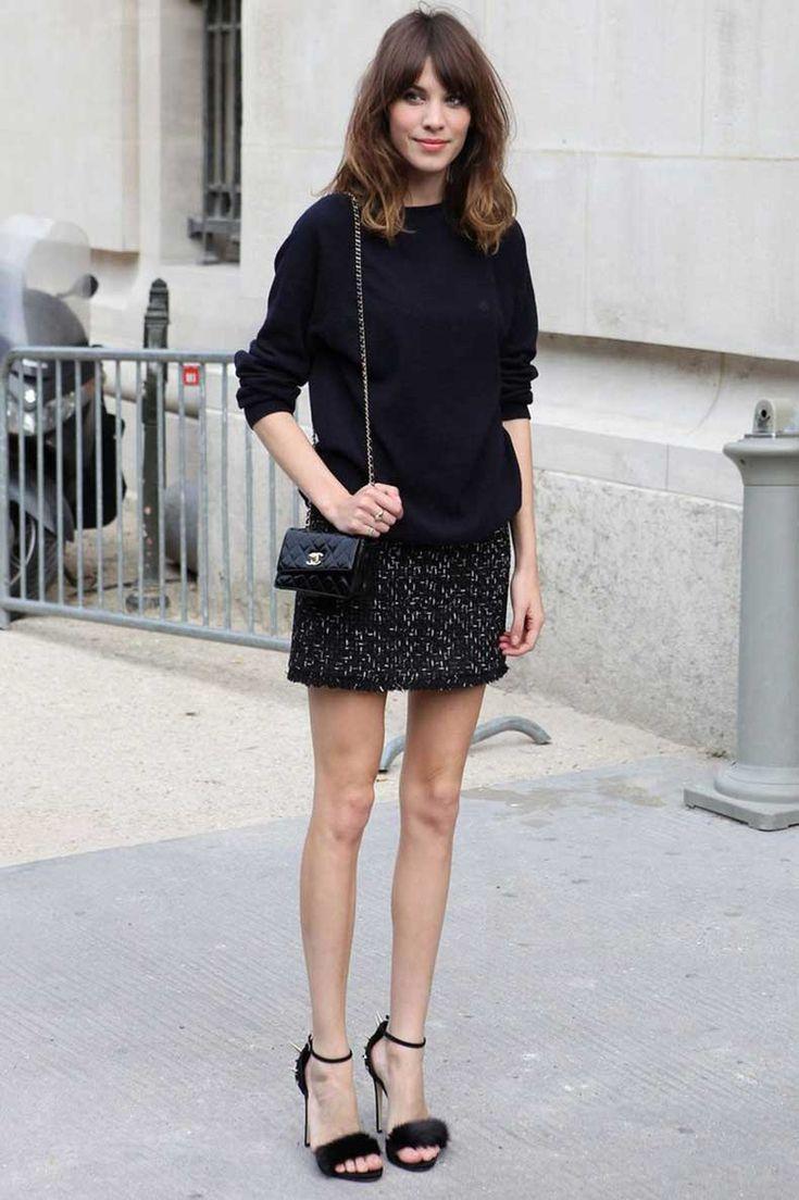 mujer con piernas muy delgadas usando falda
