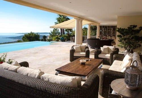 A Sainte-Maxime, tombez sous le charme de cette magnifique demeure de 360 m² à vendre chez Capifrance.    Il s'agit d'un bien d'exception composé de 11 pièces dont 6 chambre et d'un terrain de 2400 m².    Plus d'infos > Stéphane Dorange, conseiller immobilier Capifrance.