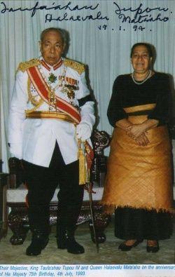 На иллюстрации : Король Джордж Тупоу IV с супругой. На фотографии видны автографы короля и королевы. Снимок был опубликован на одном из Интернет-ресурсов почитателем короля уже после кончины монарха.