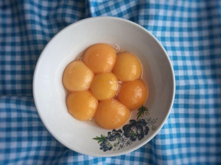 En güzel mutfak paylaşımları için kanalımıza abone olunuz. http://www.kadinika.com Yumurtadan papatya falı da bakılır mı acaba?Gördüğünüz yumurtaların beyazları kahvaltımı lezzetlendirdiler. Sarıları genelde pişirip sokaktaki dostlarımızla paylaşıyorum. . Bu paylaşımımda size #gurmebilgi vermek istedim konumuz yumurta. Ele alacağımız yumurta 63 gramlık büyük boy sınıfına giren yumurtadır. . Yaklaşık 90 kaloridir ve bu kalorinin %80i sarısındadır.Bu yüzden vücut geliştirme ile uğraşanlar…