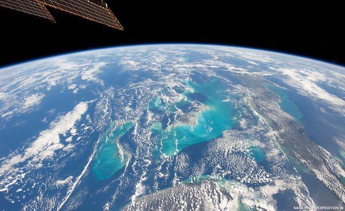 Assim são as Bahamas vistas do espaço. Este arquipélago é constituído por mais de 700 ilhas e, embora não possam ser vistas de uma distância tão grande, é possível ver as impressionantes águas azuis que as cercam.
