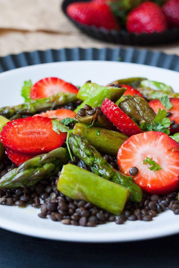 Leichter Belugalinsen-Salat mit Erdbeeren und grünem Spargel. So lecker! Für diesen Frühlingssalat brauchst du nur neun Zutaten und 30 Minuten Zeit - kochkarussell.com