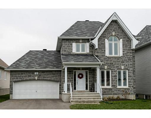 Stunning Single family home loaded w/upgrades! This beautiful 3 bedroom home features dark hardwood
