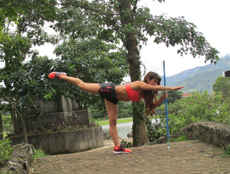 <AEROPLANO CON PALO DE ESCOBA> De pie agarra el palo de escoba con la mano izquierda. Suspende el pie y sube la rodilla derecha. Luego extiende la pierna hacia atrás lo más lejos posible hasta que esté paralela con el piso y estira el brazo derecho. Debes contraer los abdominales y apretar los glúteos. Haz 3 series de 15 repeticiones por cada pierna. --> Beneficios: fortalecimiento del cinturón abdominal, isquiotibiales y glúteos, además, mejoras el equilibrio y balance del cuerpo.