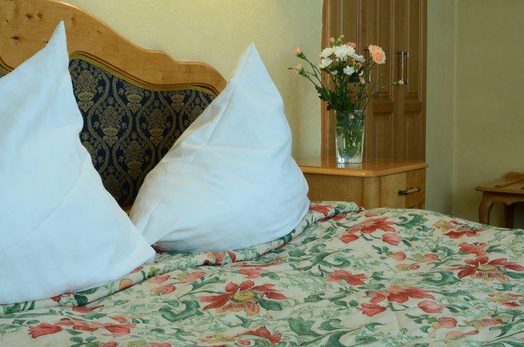 Wygodne dwuosobowe łóżko w jednym z naszych pokoi.