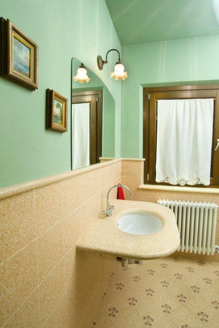 Pavimento tappeto t32, rivestimento art. 80 salmone, listello l3. Top in graniglia art. s80 salmone #bagno #multicolor #colors #decorifloreali #tiling #terrazzotile #bathroom #detail #graniglia #pavimento #artigianato #handmade #decoration #creative #bespoke #madeinitaly #interiordesign #floors #floortile #rosa #green #pink