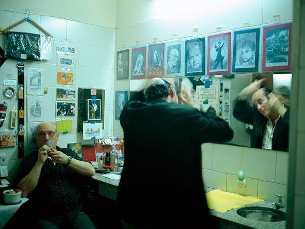 Passione Tangom National Geographic Fotografia di Pablo Corral Vega Ballerini  Anche gli uomini si agghindano nel camerino maschile del Nino Bien prima di cercare di conquistare un cuore– o perlomeno un ballo. Carlos Ferrara, a sinistra, vende sigarette, profumi, e cianfrusaglie varie ai clienti. I consigli d'amore, invece, sono gratuiti.