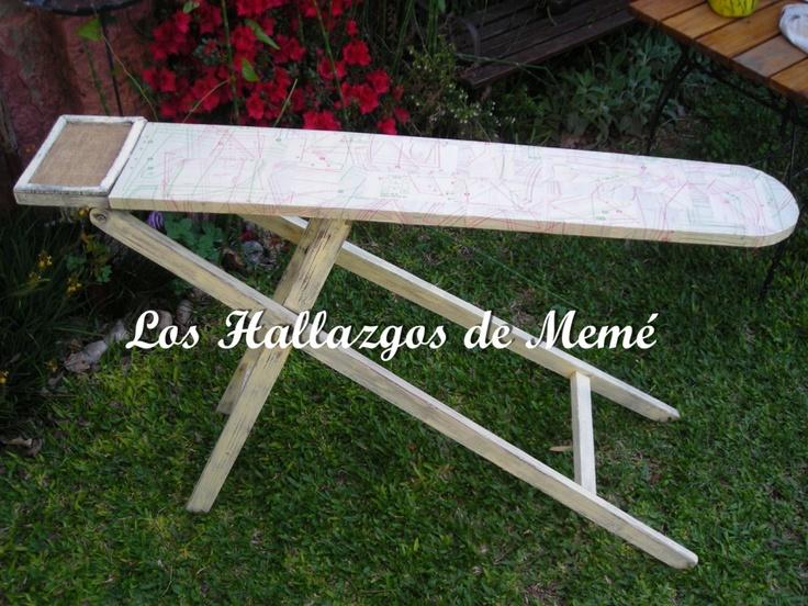 Antigua tabla de planchar de madera intervenida con moldes de revistas Burda de los años 50