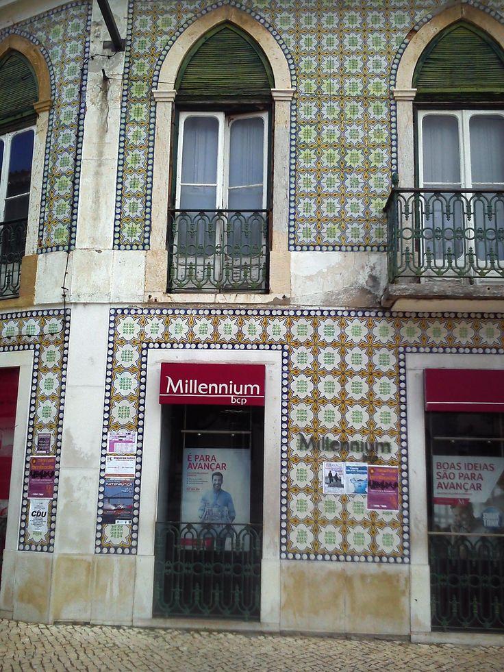 Vila Franca de Xira, building at Avenida dos Combatentes da Grande Guerra [photo: Vânia Carvalho] #polychrome #patterns #geometry #azulejo #frame #collaborativetimeline