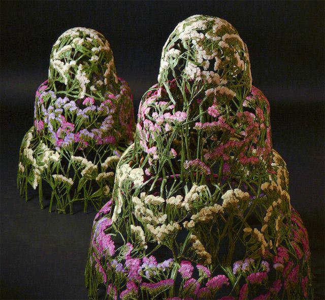 L'artiste espagnol Ignacio Canales Aracil imagine de très belles sculptures de fleurs séchées et liées entre elles autour d'une base qui structure l'oeuvre. Il travaille souvent autour de modèles hauts et coniques, faisant penser à des pièces montées, sur lesquels les fleurs sèchent et prennent naturellement la forme de la base. Il parvient à préserver les fleurs de la moisissure en les recouvrant d'un vernis de protection.