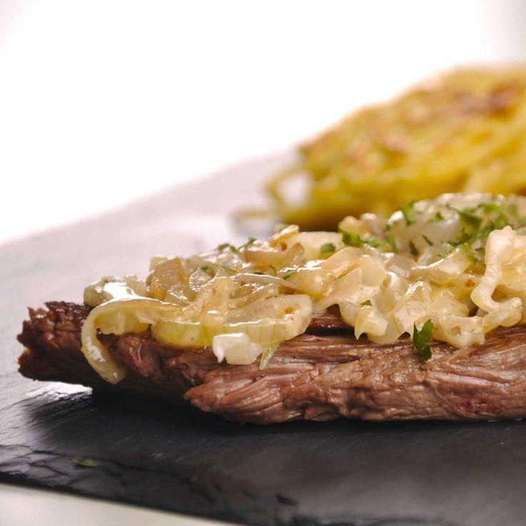 Dans une poêle antiadhésive, faites saisir la viande suivant votre goût.En même temps, dans une casserole, faites fondre les échalotes ciselées dans un peu d'eau.Ajoutez la crème fraîche et assaisonnez.Laissez cuire quelques minutes à feu doux.Nappez les tranches de bavette et servez.Saupoudrez de persil haché.
