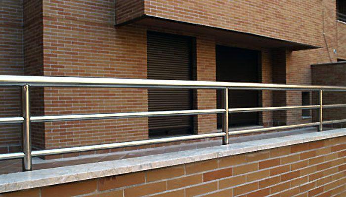 En Artículos Inoxidables somos especialistas en el diseño y fabricación de todo tipo de barandas, barandillas y pasamanos en acero inoxidable y combinadas con otros materiales como madera o vidrio. Leer más →