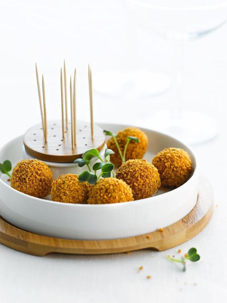 Praline van ganzenlever en peperkoek http://www.njam.tv/recepten/praline-van-ganzenlever-en-peperkoek