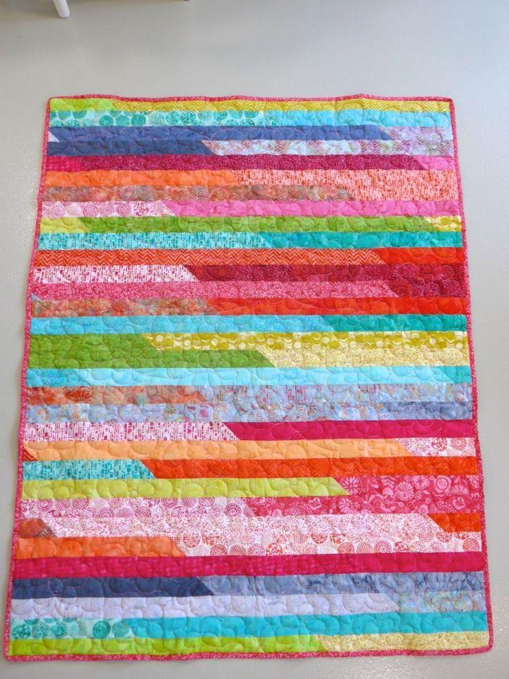 La course des jelly rolls assemblez des bandes en onglets pour obtenir une bande de 44m de long!!  prenez les 2 extrémités, et cousez les ensemble par les grands côtés endroit contre endroit… et oui, 22 m de couture! Arrivé au bout, couper dans la pliure, puis prenez les 2 extrémités encore, et assemblez les. 11m continuer jusqu'à obtenir la taille de patch voulue!  http://www.atelierdemma.com/la-course-des-jelly-rolls/