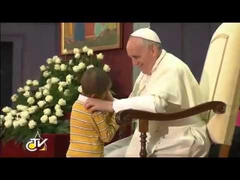 #SeguindoOPapa | Papa Francisco quebra o protocolo e coloca um cocar - YouTube
