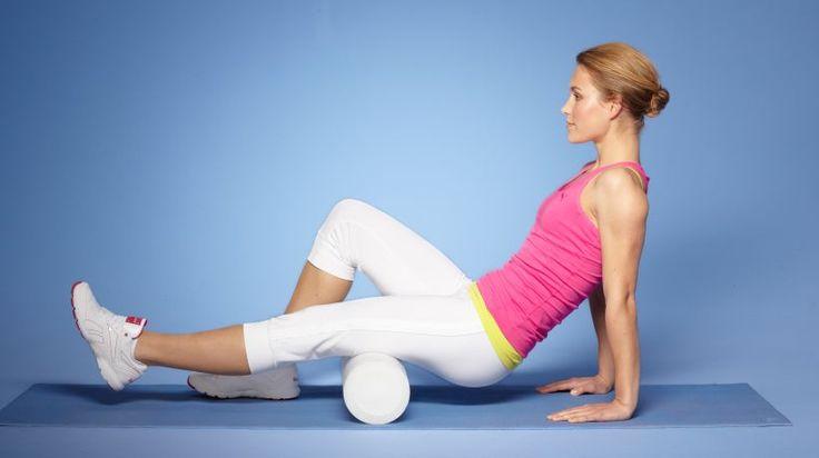 Für die Massage der hinteren Beinfaszie die Rolle unter den Oberschenkel legen. Die Rückseite des gestreckten Beines auf der Rolle dosiert bearbeiten.