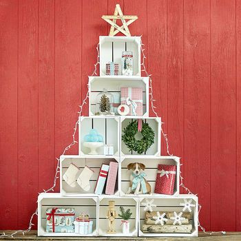 Clever and practical - this crate tree is the perfect solution for low budgets and small spaces.