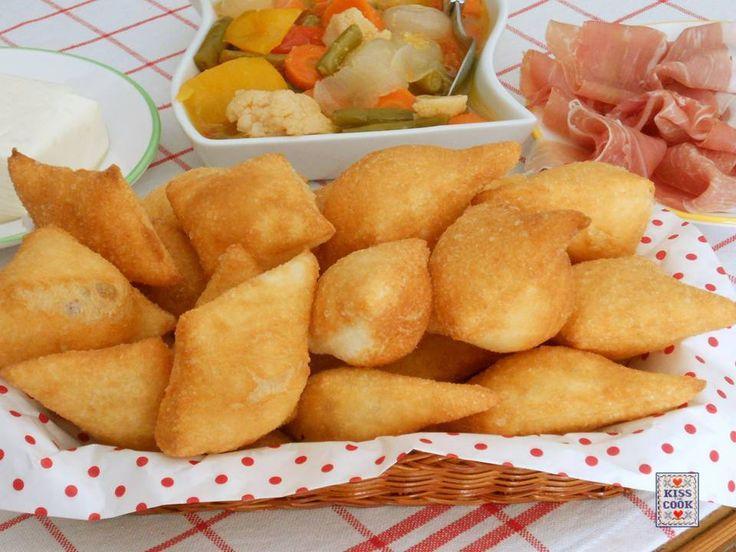 Gnocco fritto: buonissimo! Perfetto per salumi e formaggi. In molte ricette è previsto l'uso dello strutto sia nell'impasto che per friggere.