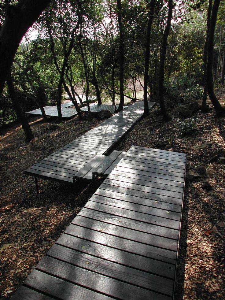 paolo pejrone / giardino argentario, grosseto - floating decks used as footpaths