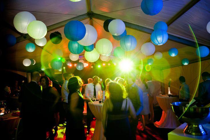 Bruidsfotografie ballon trouwfeest sfeer trouwfoto Eindhoven. Foto door Marijke Krekels Fotografie