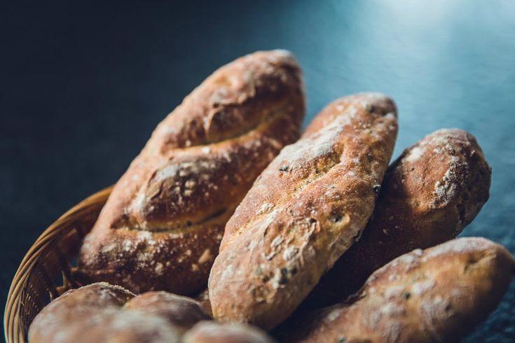 Saibam mais sobre o Pão por Deus, celebrado no dia de Todos os Santos, a receita do Bolo Santoro, como fazer sacos de Pão por Deus e os versos e canções.
