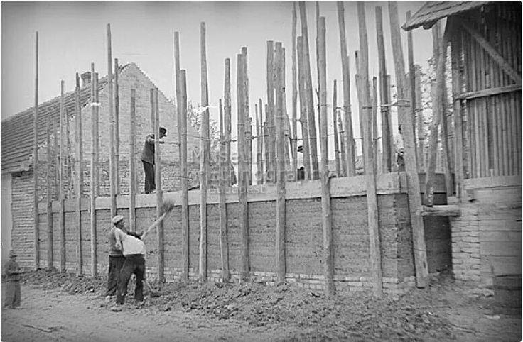 Solymos Ede - Vert falú ház építése. A földet lapáttal dobálják fel. Öregcsertő Pest-Pilis-Solt-Kiskun vm. 1950.