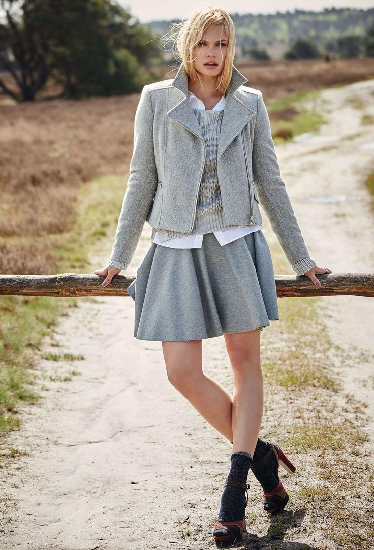 Outfit von IMPRESSIONEN Fashion: Bluse aus weißem Popeline, Wollpullover in hellgrau, Bikerjacke aus Schurwolle und Rock aus softem Wollmix in hellgrau.