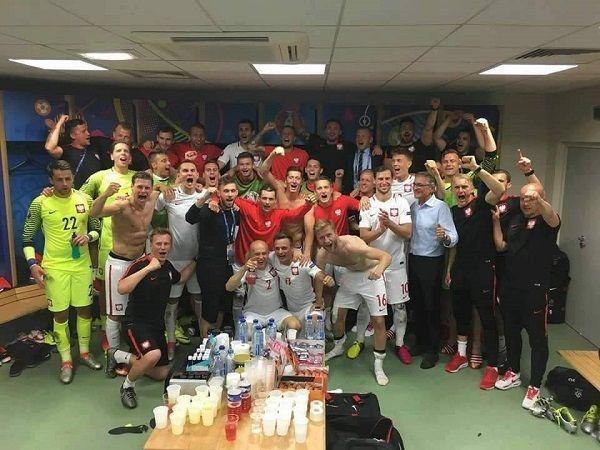 Dziękujemy! Dziękujemy! Dziękujemy! • Polscy piłkarze po meczu ze Szwajcarią podczas Euro 2016 • Zmęczeni, ale szczęśliwi • Zobacz >> #polska #pol #euro2016 #football #soccer #sports #pilkanozna #poland