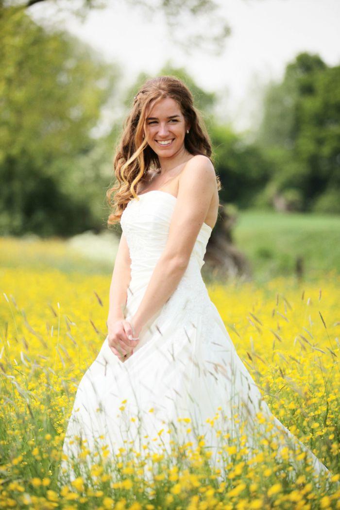 fotoshoot met bruid in bloemenveld met gele bloemen