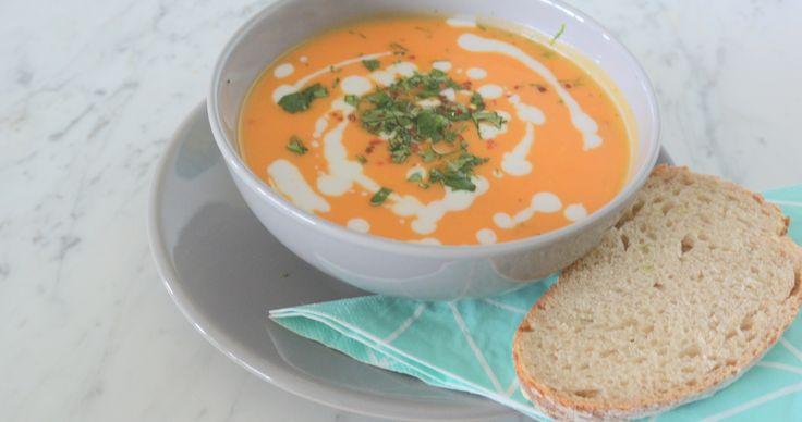 Probeer eens wat anders dan tomatensoep. Ga voor zoete aardappelsoep met kokos, limoen en gember. Het recept vind je op onze blog.