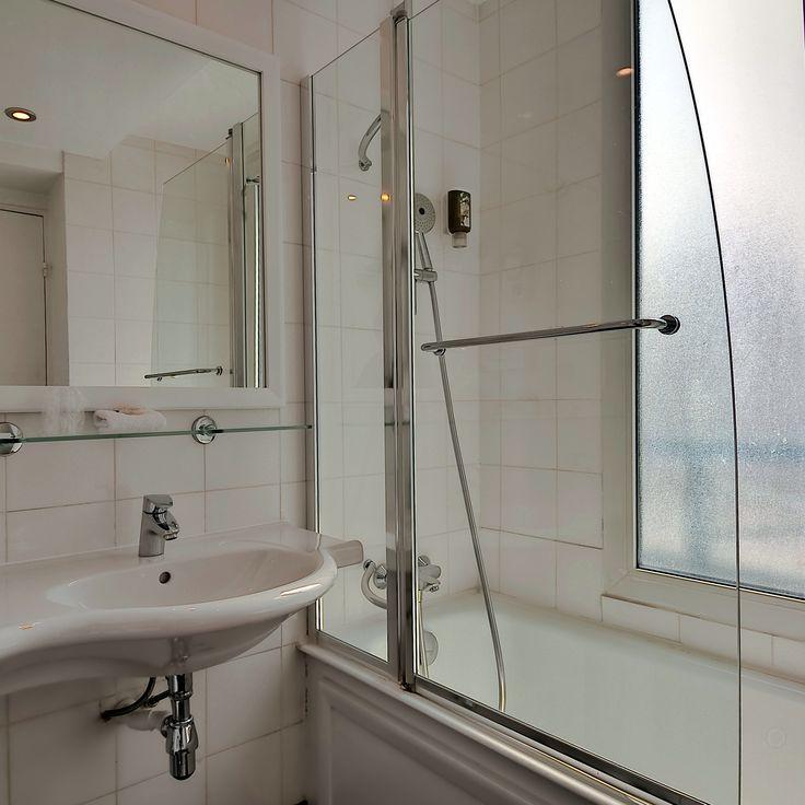 Las habitaciones superiores disponen de amplios cuartos de baño con calentador de toallas, ducha y dos lavabos.