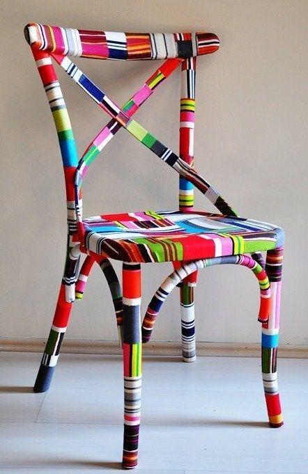 Les chaises en bois s'offrent un coup de jeune. On les peint, on les barbouille, on les encolle, on les habille de tissu...bref on les relooke intégralement pour qu'elles soient tendances et uniques...Marre des chaises d'écoliers d'une banalité affligeante, vive la fantaisie et l'originalité...