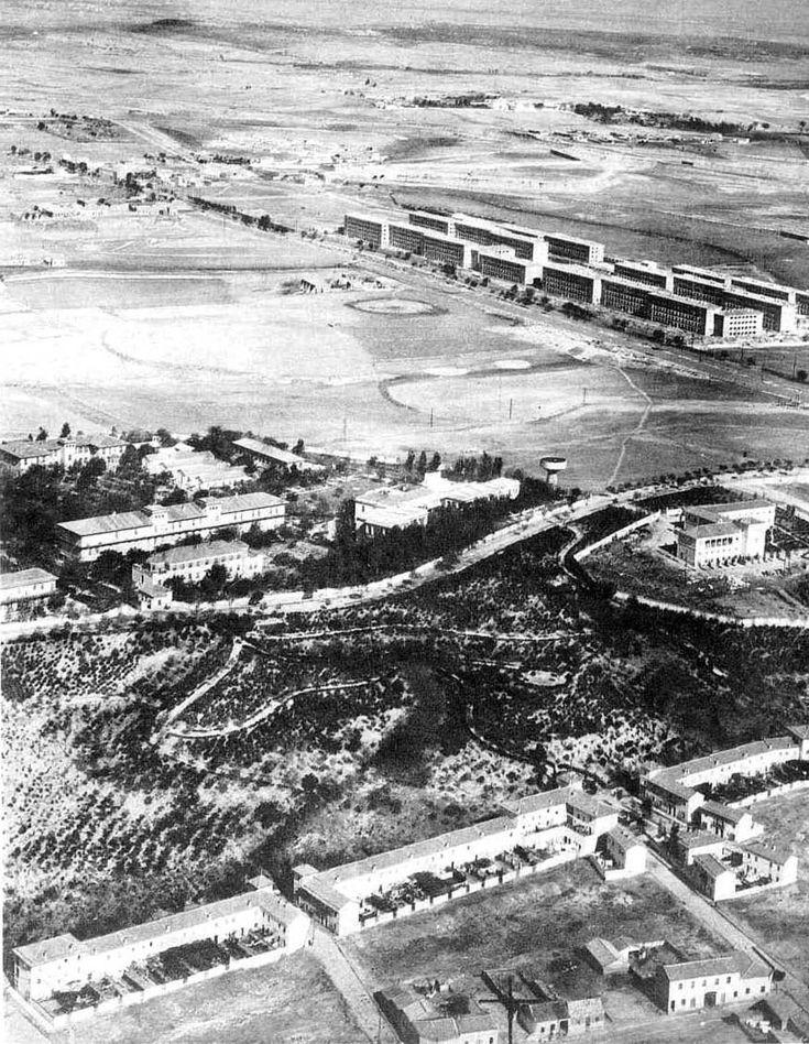 Perspectiva aérea de La Ventilla en Vía Límite, años 50. Las casas de tipología rural tenían cada una su patio trasero, en donde normalmente se situaban gallineros y cochiqueras para el consumo doméstico.
