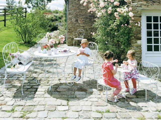 Le jardin est le territoire préféré des enfants. Jouer, jardiner, escalader, refaire le monde...