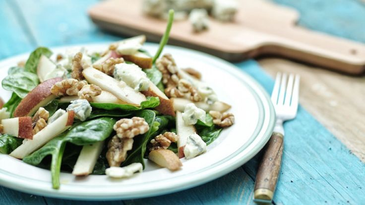 Deze heerlijke spinazie salade met peer walnoten en gorgonzola is niet alleen lekker maar ook heel erg gezond. Deze spinazie salade is in 10 minuten klaar.
