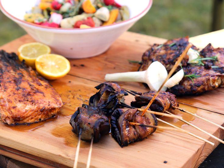 Blandad BBQ - lax, kyckling och auberginelindade skogschampinjoner | Recept från Köket.se