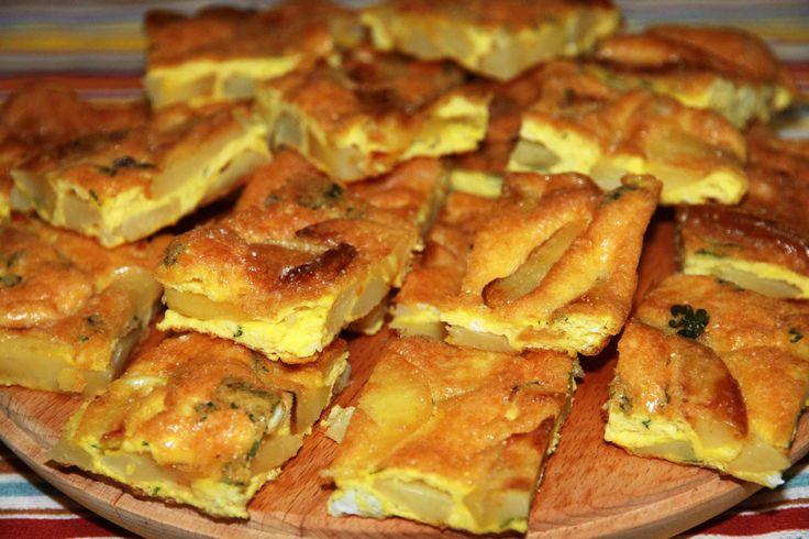 La Frittata di patate al forno è un piatto unico completo e sostanzioso. La cottura al forno rende questa frittata molto più leggera e delicata.
