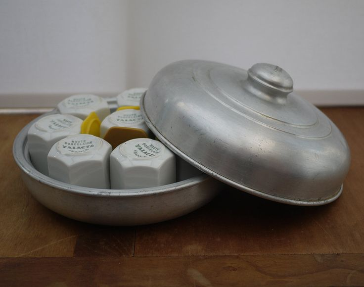 Rare Véritable Yaourtière en aluminium et 8 pots en Porcelaine YALACTA . Antique Yogurt Maker, French Home Yogurt Maker . Kitchenalia de la boutique LaMachineaBrocantes sur Etsy