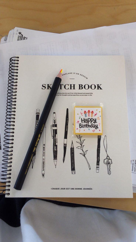 영팔이가 사준 스케치북 과 색색이색연필과 생축편지지 영팔짱!!